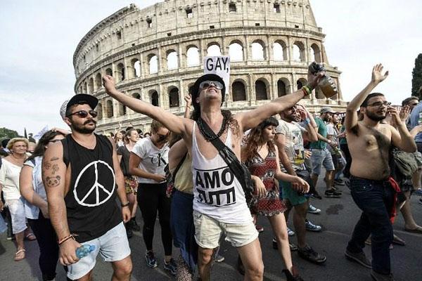 ITALY-LGBT-GAY-PRIDE-PARADE-640x480