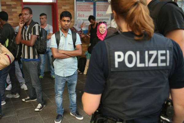 german-police-and-migrants-640x480